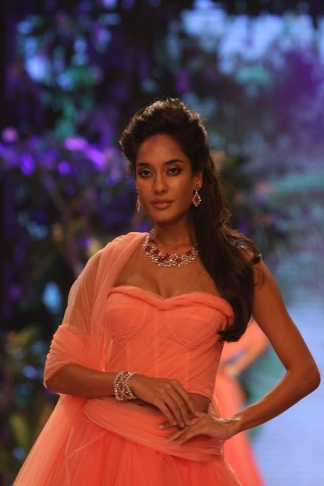 Bollywood Actress Lisa Haydon Walk The Ramp For Nirav Modi At IIJW 2013