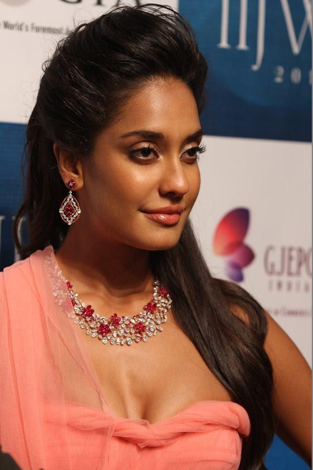 Lisa Haydon Looks Glamour Walked The Ramp For Nirav Modi's Collection At IIJW 2013