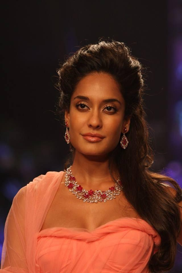 Lisa Haydon Smoky Eys Look On Ramp At IIJW Show
