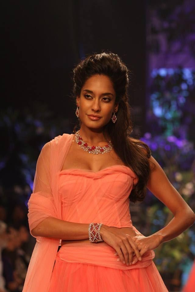 Lisa Haydon Walked For Nirav Modi Displaying A Ruby And Lacy Diamond Creation With Matching Earrings And Bracelet At IIJW 2013