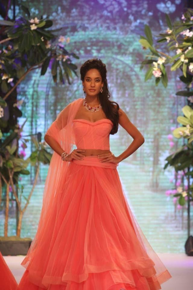 Lisa Haydon Walked The Ramp For Nirav Modi's Collection At IIJW 2013