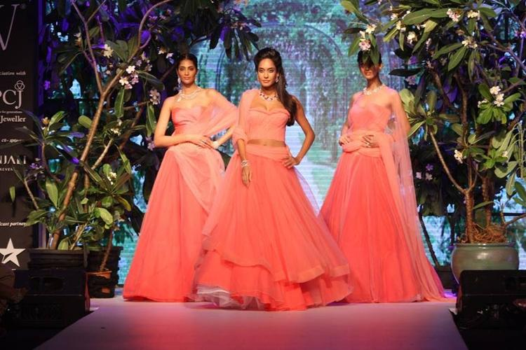 Lisa Haydon Walks Ramp For Nirav Modi At IIJW 2013