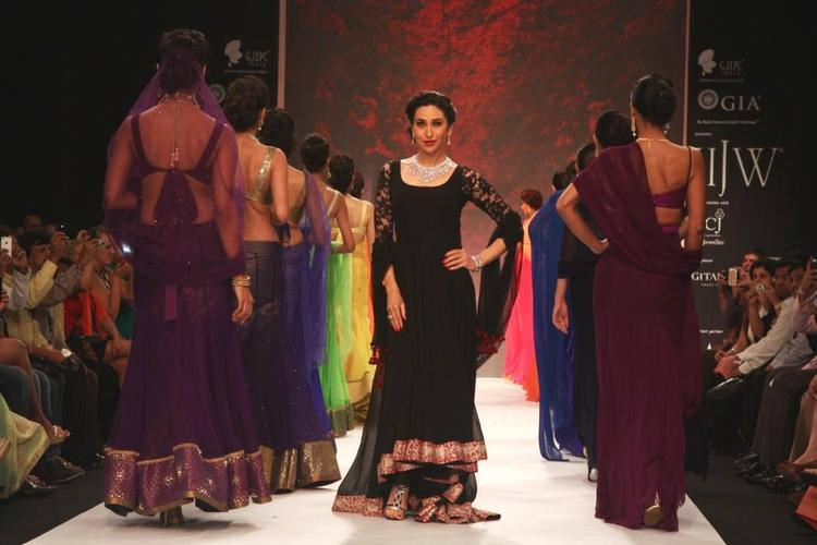 Amazing Actress Karisma Kapoor Showstopper For Kays Jewels At IIJW 2013