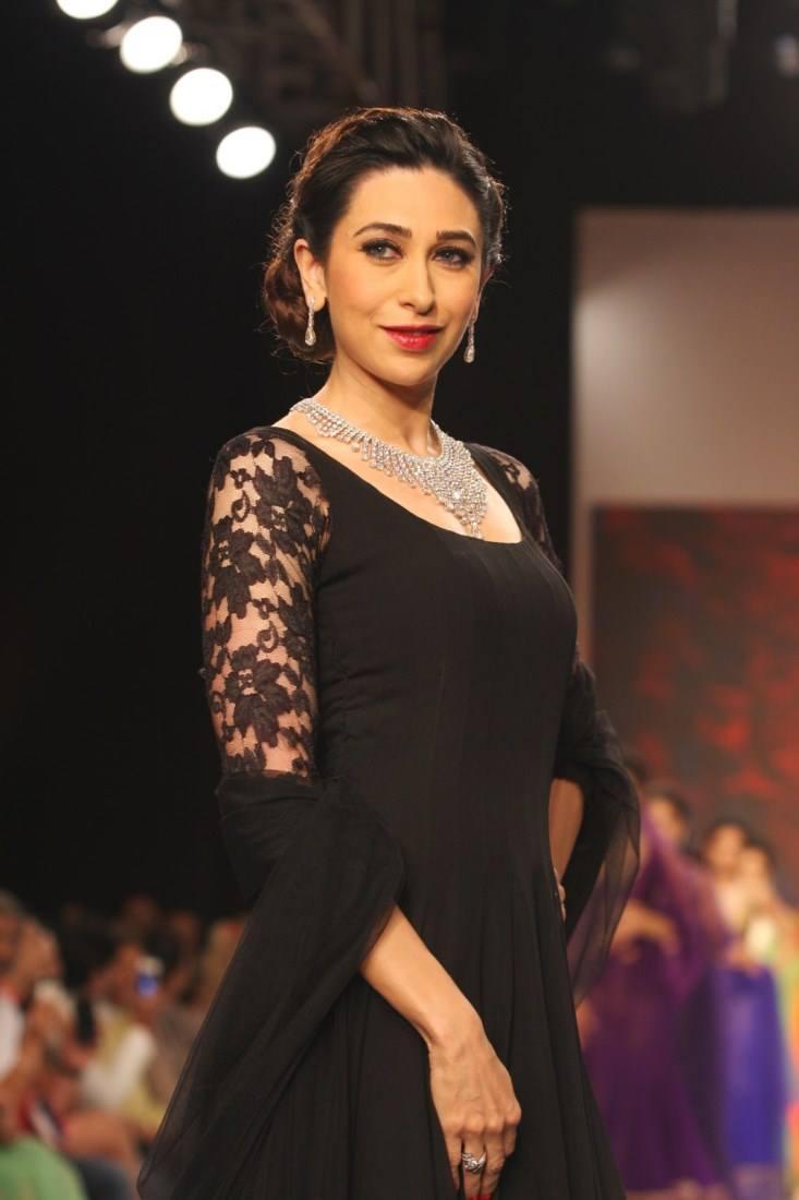 Elegant Karisma Kapoor Walks The Ramp For Kays Jewels At IIJW 2013