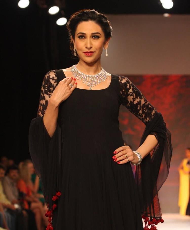 Karisma Kapoor Looking Fab In Kays Jewels At IIJW 2013