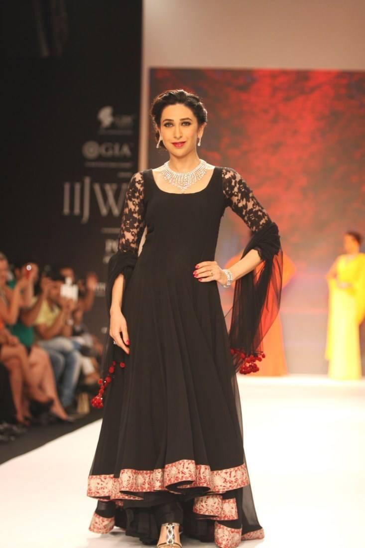 Karisma Kapoor Showstopper For Kays Jewels At IIJW 2013