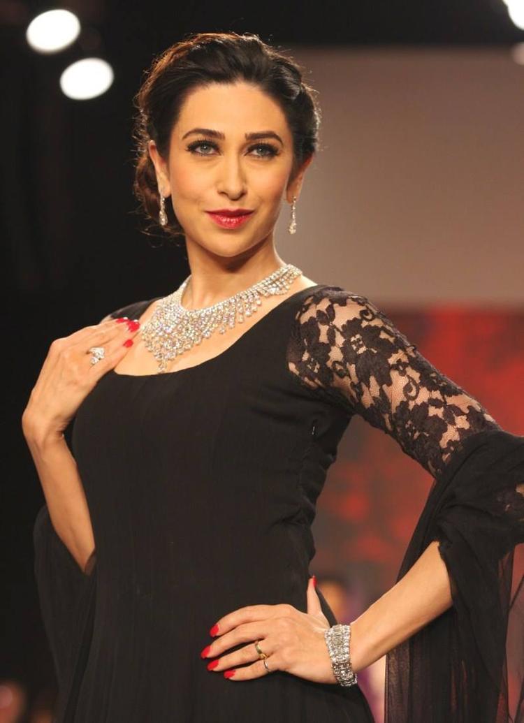 Karisma Kapoor Walks The Ramp For Kays Jewels On Day 4 Of IIJW 2013