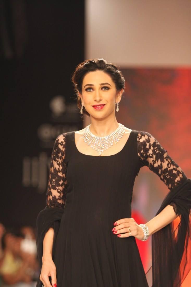 Karisma Kapoor Wearing A Gleaming Diamond Set On Ramp At IIJW 2013