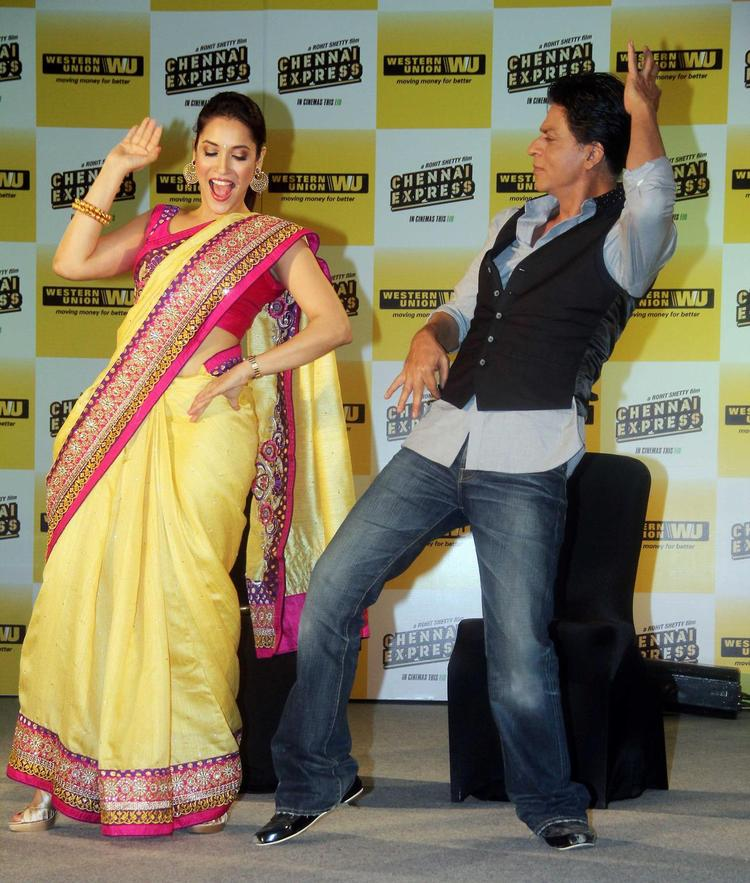 SRK Danced With Rashmi During The Promotion Of Chennai Express In Association With Western Union