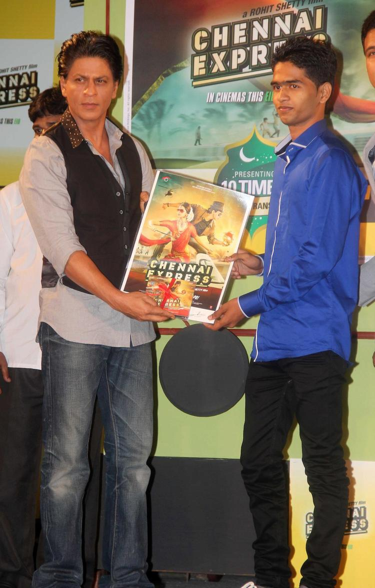 SRK Posed With Chennai Express Movie Poster During The Promotion Of Chennai Express In Association With Western Union
