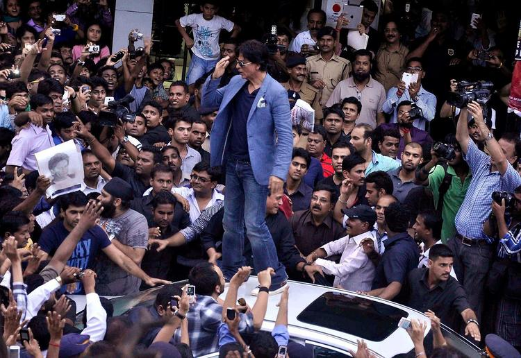 SRK Arrounded By The Crowd At The Promotion Of Chennai Express At K Lounge