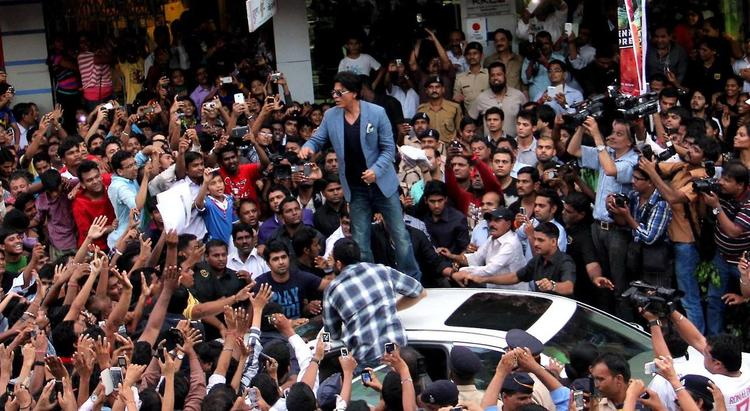SRK Posed In The Middle Of Crowd During The Promotion Of Chennai Express At K Lounge