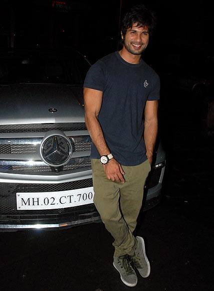 Shahid Kapoor Cool Posed In Front Of The Car At Phata Poster Nikla Hero Completion Bash