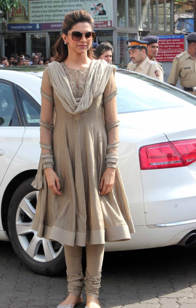 Deepika Padukone Spotted At Siddhivinayak Temple To Pray For The Success Of Her Movie Chennai Express