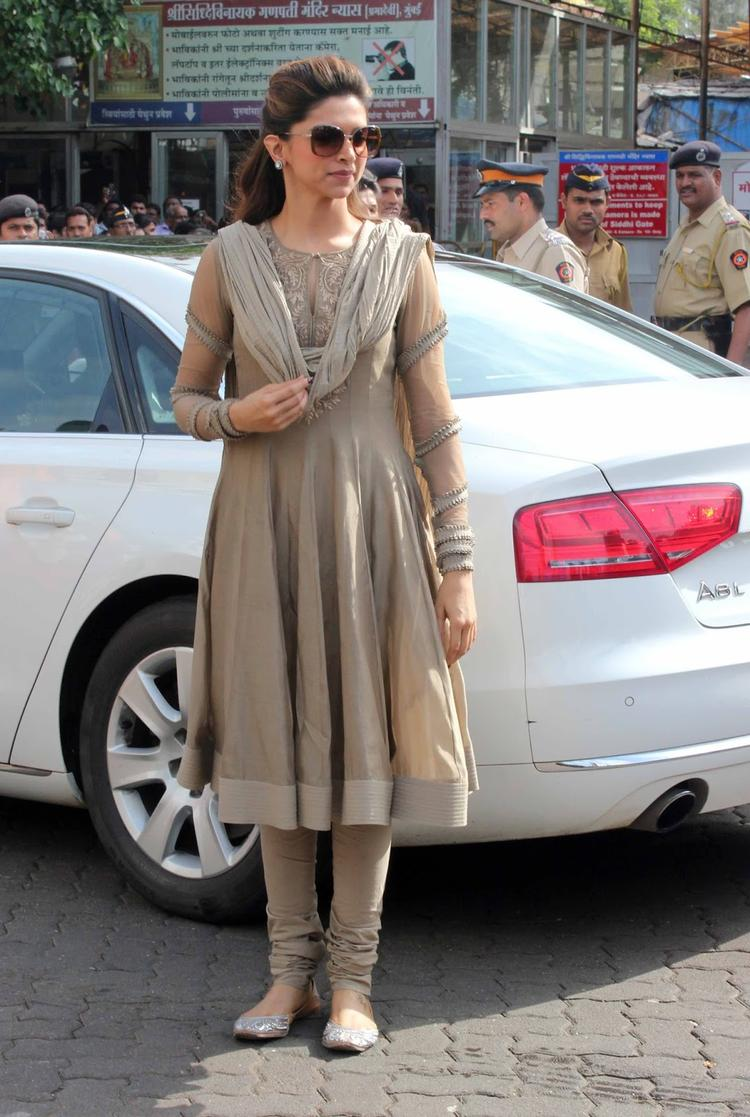 Deepika Padukone Visits Siddhivinayak Temple To Pray For The Success Of Her Movie Chennai Express