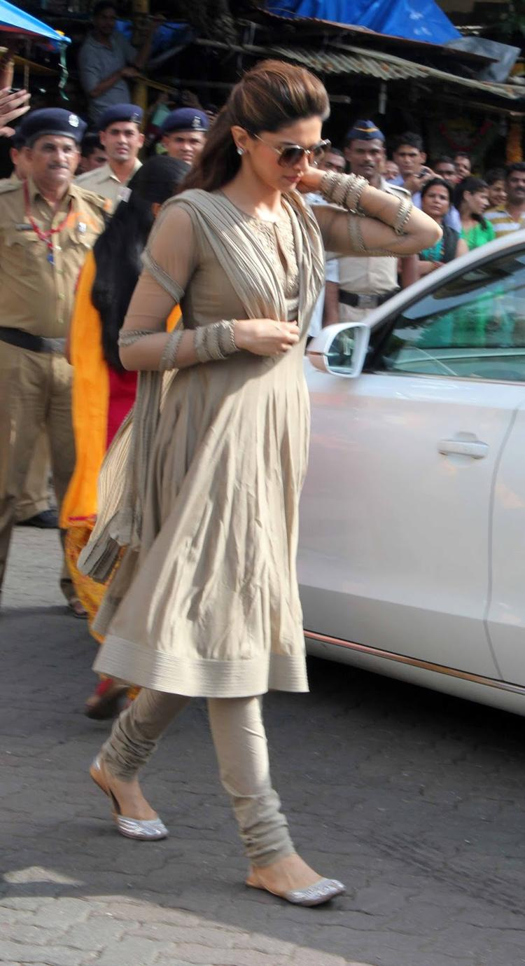 Deepika Visits Siddhivinayak Temple For Chennai Express Success