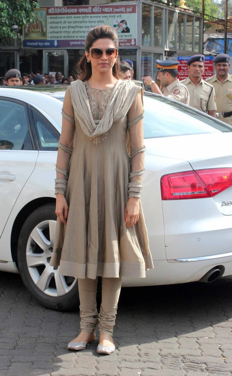 Deepika Visits Siddhivinayak Temple Seeking Success For Chennai Express