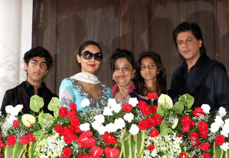 Aryan,Gauri,Shehnaz,Suhana And SRK Posed For Camera During The Celebration Of Eid At Their Bungalow Mannat