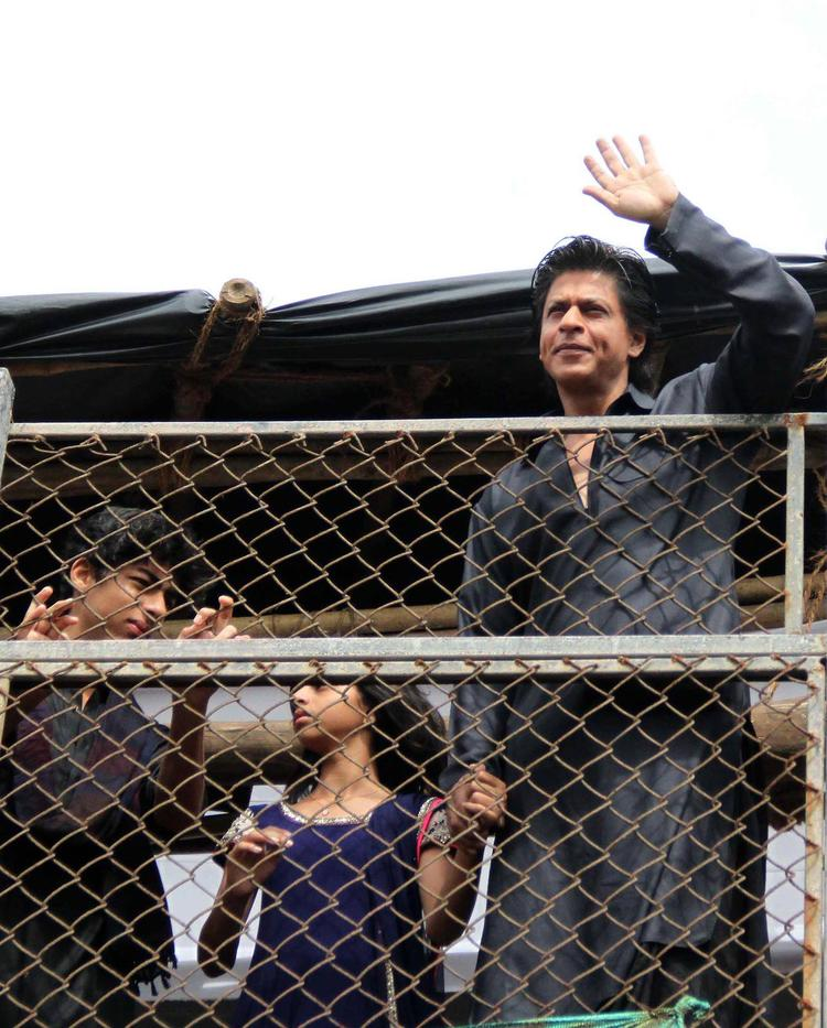 Son Aryan,Daughter Suhana With Dad SRK Greet Fans During The Celebration Of Eid At Their Bungalow Mannat