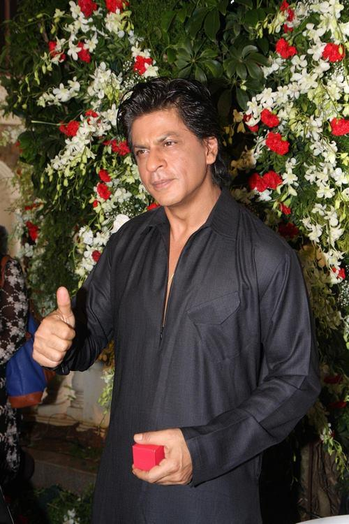 SRK Greets Best Wishes Eid To His Fans During The Celebration Of Eid At His Bungalow Mannat