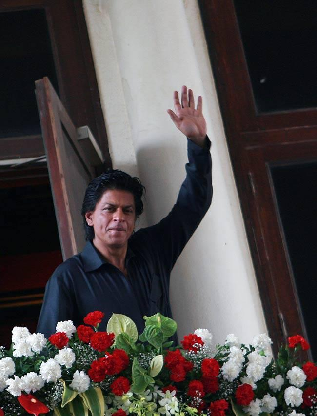 SRK Greets His Fans During The Celebration Of Eid At His Bungalow Mannat