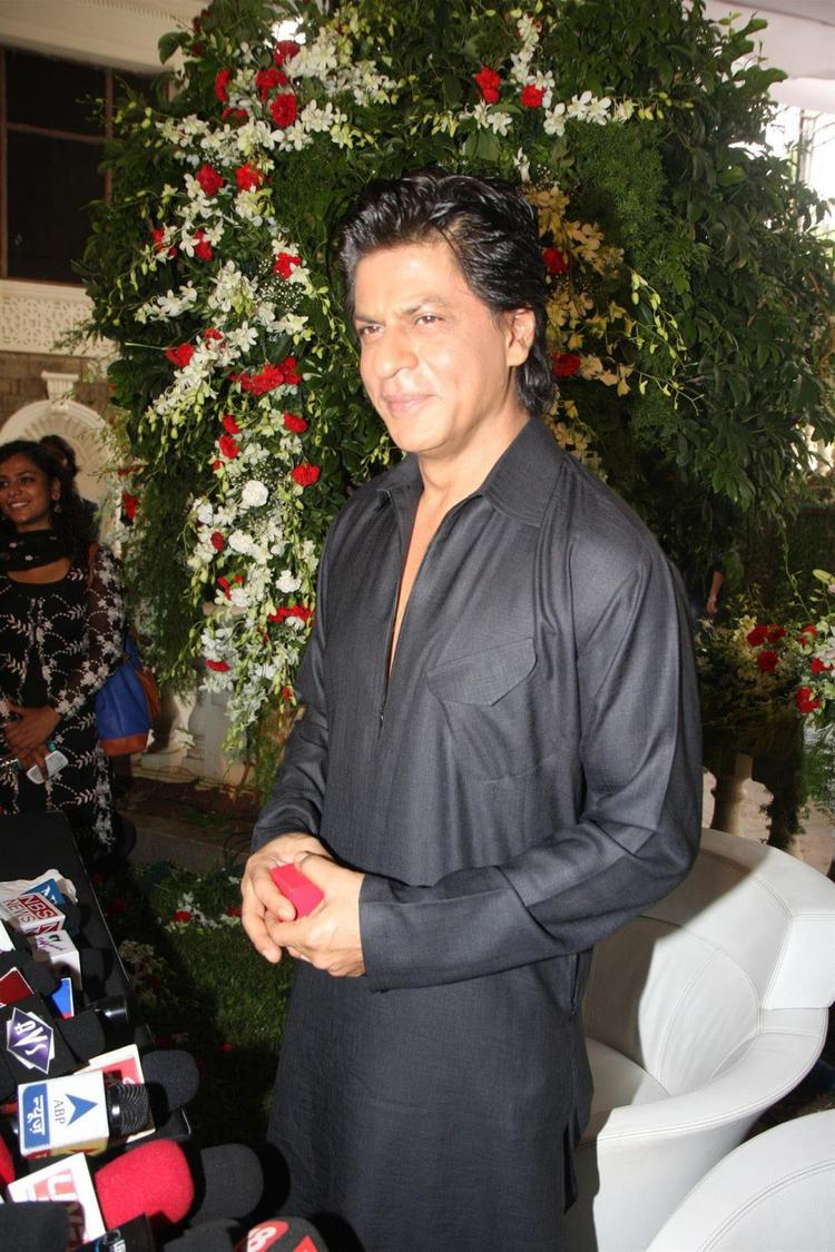 SRK Stunning Look During The Celebration Of Eid At His Bungalow Mannat
