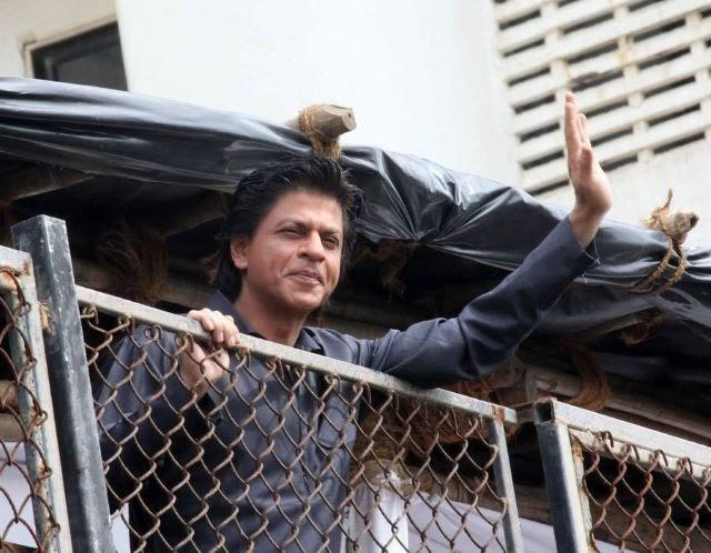 SRK Waving Hands And Wishing Eid To His Fans During The Celebration Of Eid At His Bungalow Mannat