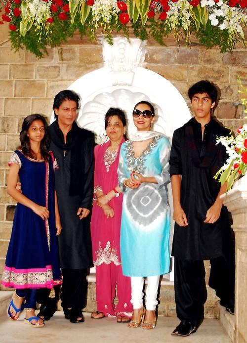 Suhana,SRK,Shehnaz,Gauri And Aryan Nice Photo During The Celebration Of Eid At Their Bungalow Mannat