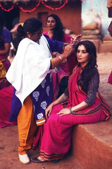 Madhuri Dixit Takes Make Up During The Shooting Sets Of