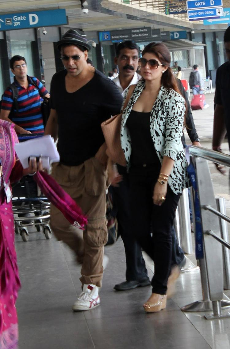 Akshay And Twinkle At Airport To Leave Dubai For Promotion Of OUATIMD