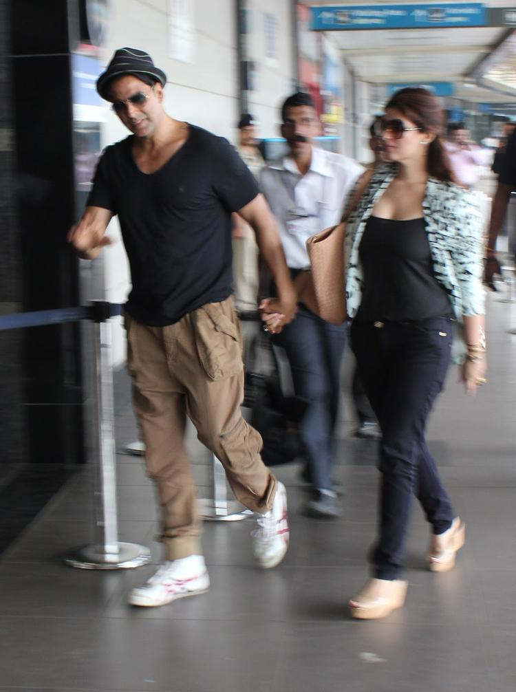 Akshay And Twinkle Spotted At Airort To Leave Dubai For OUATIMD Promotion
