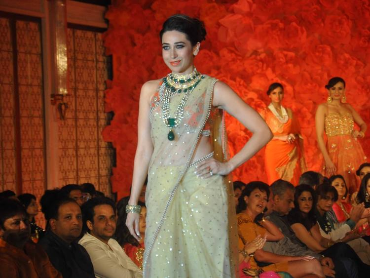 In This Walk Karisma Kapoor Looking Very Gorgeous