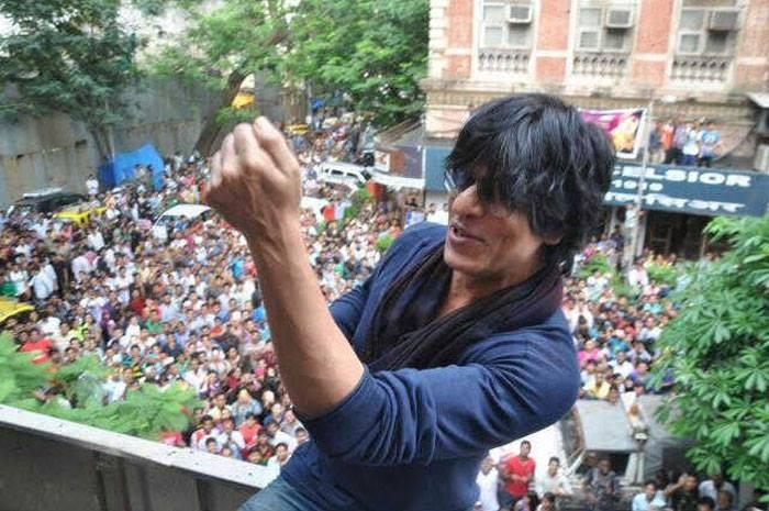SRK Cool With Fans During The Success Of Chennai Express