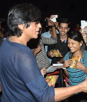 SRK Signed Autograph Ouside Of The Cinema Hall In Mumbai During The Success Of Chennai Express