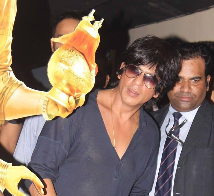 SRK Stylish Look During The Success Of Chennai Express