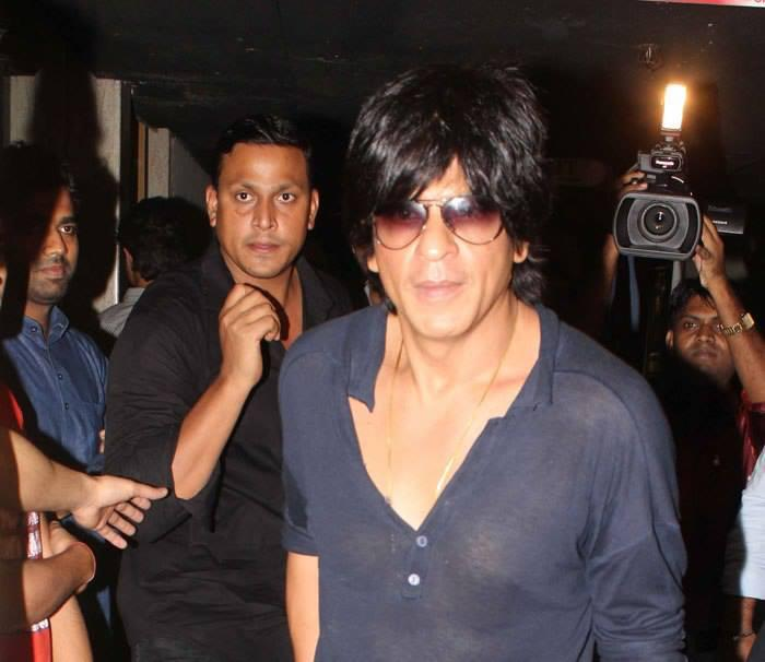 SRK Surrounded By Fans At Gaiety Bandra