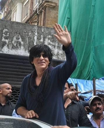 SRK Waves To Fans Gathered Outside New Excelsior Cinema