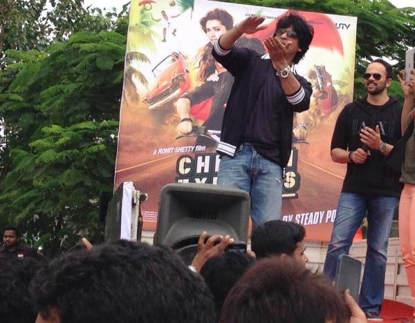 SRK And Rohit Address The Fans Outside Of The Maratha Mandir During The Success Of Chennai Express