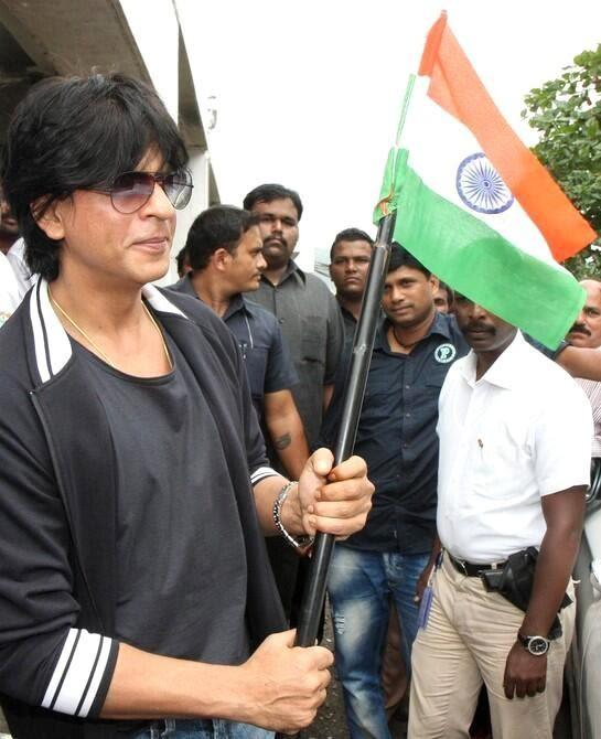 SRK Posed With Indian Flag On The Occasion Of 15th August Independence Day