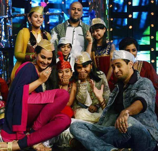 Sonakshi Sinha And Imran Khan Promote OUATIMD On Indian Idol Junior By Qawwali Song