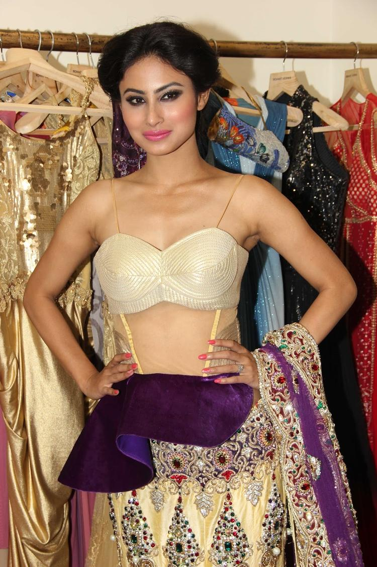 Mouni Roy Sexy Stunning Look At Rohit Verma's Bridal Fashion Collection 2013