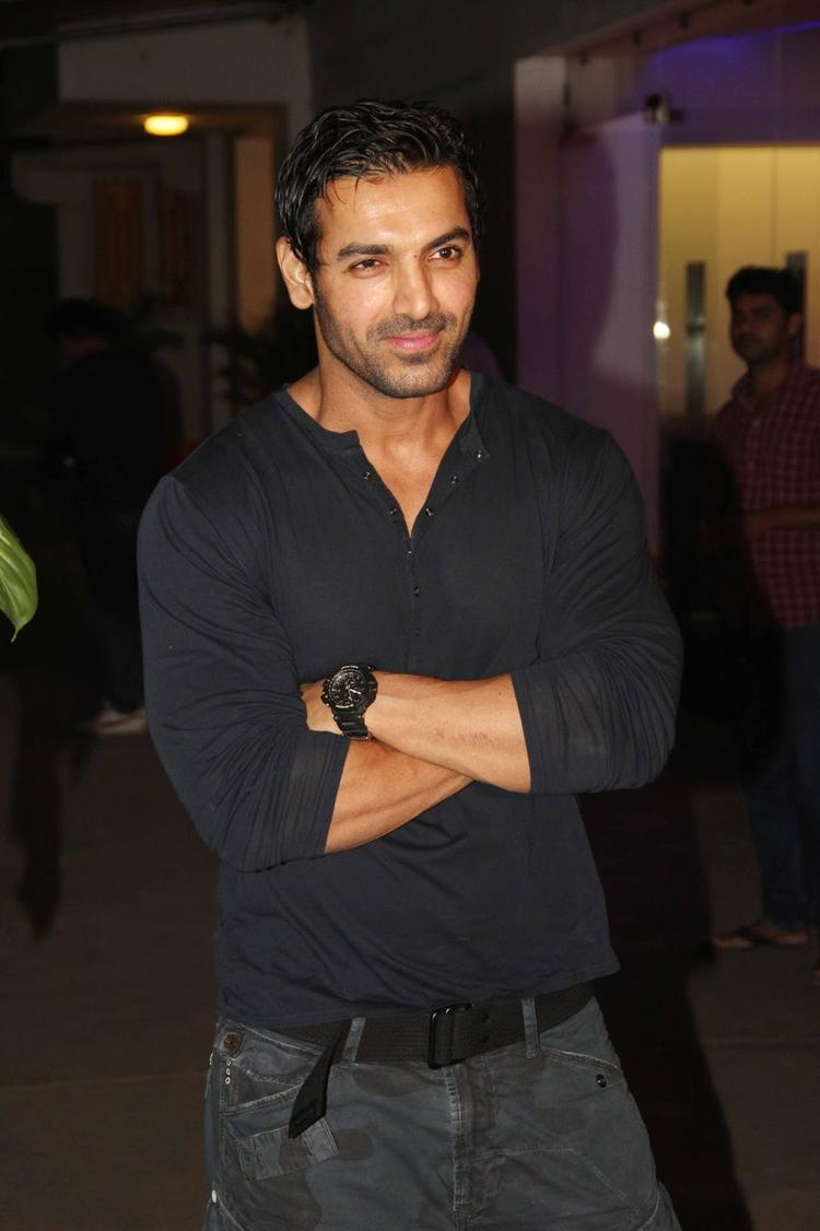 john abraham pushing fans - 750×1126