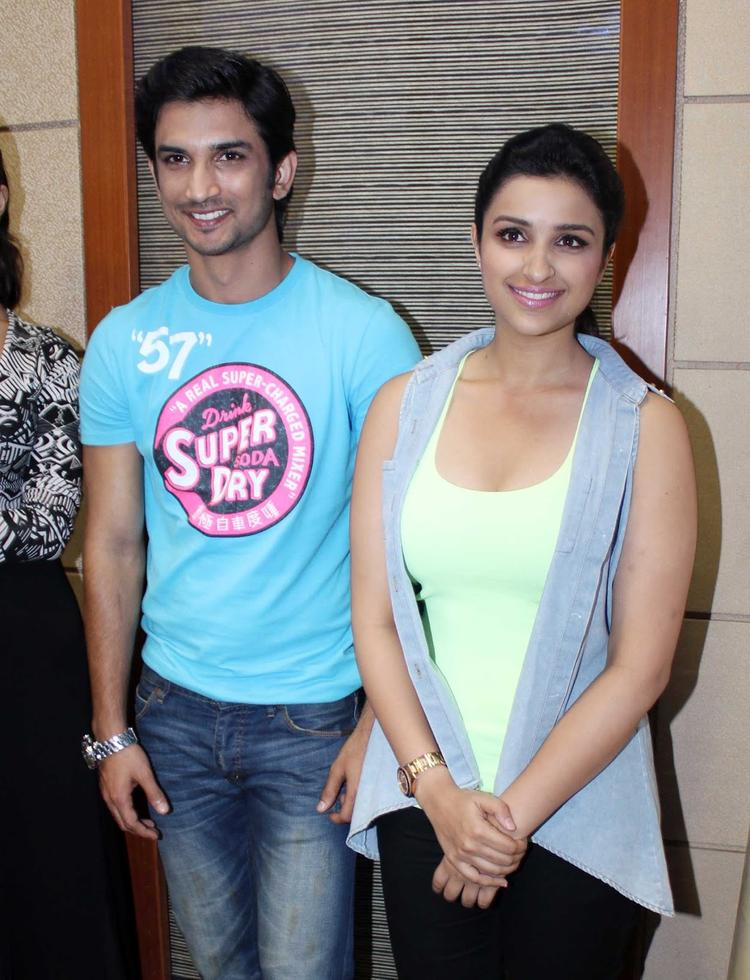 Sushant And Parineeti Posed for Camera During The Promotion Of Shuddh Desi Romance At A College