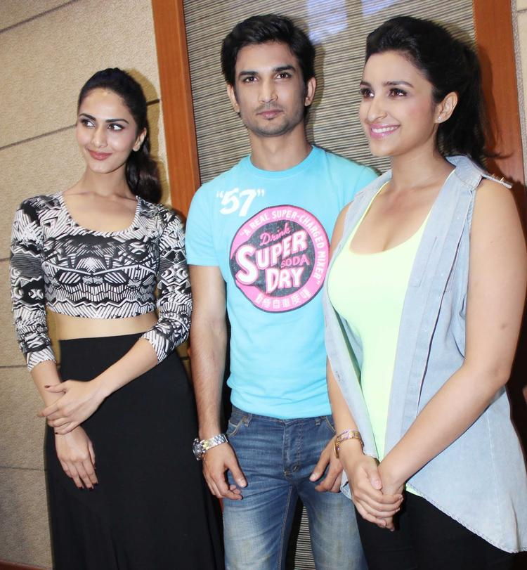 Vaani,Sushant And Parineeti Clicked During The Promotion Of Shuddh Desi Romance At A College