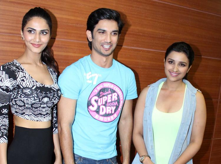 Vaani,Sushant And Parineeti Stunning Pose For Camera During The Promotion Of Shuddh Desi Romance At A College