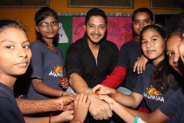 Shreyas Talpade Cool Smiling Posed With Kids During The Raksha Bandhan With The Akanksha Foundation