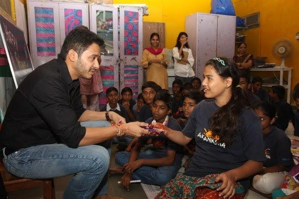Shreyas Talpade Gave Gifts To A Girl During The Raksha Bandhan At The Akanksha Foundation