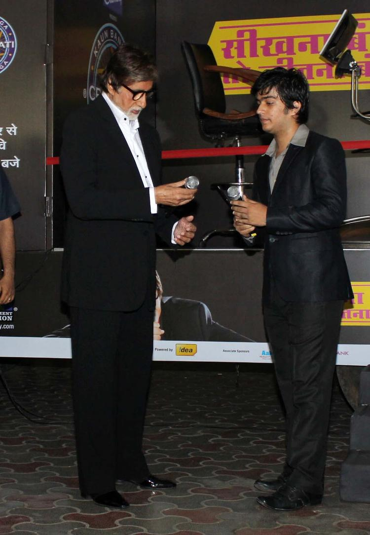 Amitabh Bachchan Unveils The Kaun Banega Crorepati 'Hot Seat Aapke Shehar' Van