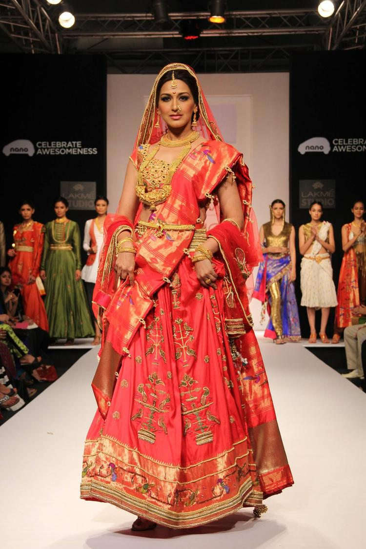 Sonali Bendre Showstopper For Hrishitaa Chaterjee Deshpande Show LFW 2013 Day 2
