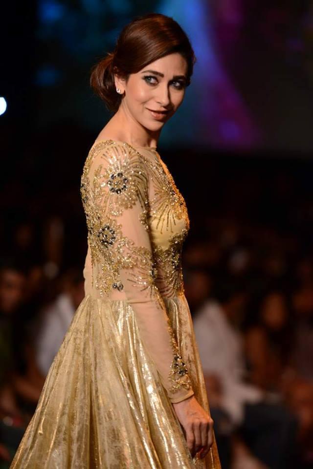 Beautiful Karisma Kapoor shows up her Ramp skills at LFW 2013
